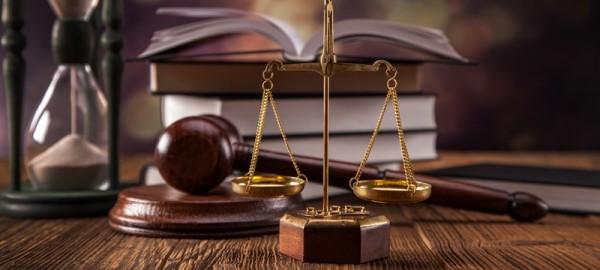 Адвокат по търговски дела
