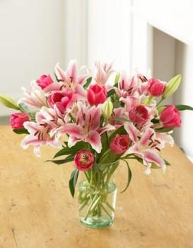 Защо мъжете изпращат доставка на цветя на жените?